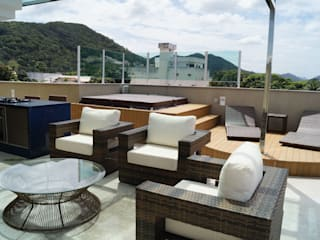 Modern balcony, veranda & terrace by Catharina Quadros Arquitetura e Interiores Modern