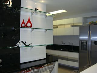 Catharina Quadros Arquitetura e Interiores Modern style kitchen Black