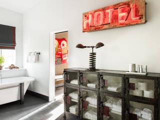 Truckee Residence: Corredores e halls de entrada  por Antonio Martins Interior Design Inc