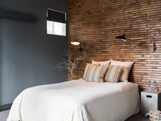 Truckee Residence: Quartos ecléticos por Antonio Martins Interior Design Inc