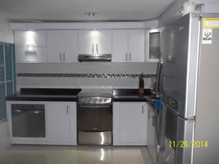 cocina integral en el estilo contemporaneo con meson en granito de marmol negro de arteintegrales Moderno Contrachapado