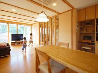 自然素材の家: 福島工務店株式会社が手掛けたリビングです。