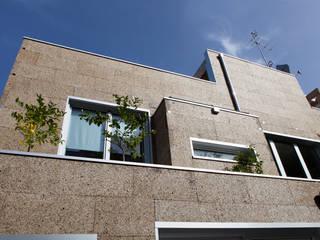 現代房屋設計點子、靈感 & 圖片 根據 Tecnosugheri srl 現代風