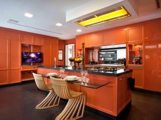 Cozinha com Varanda Gourmet: Espaços gastronômicos  por Caco Borges arquitetura e interiores