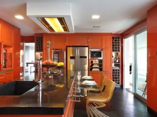 Cozinha com Varanda Gourmet Espaços gastronômicos clássicos por Caco Borges arquitetura e interiores Clássico