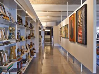 Piratininga Arquitetos Associados Minimalist corridor, hallway & stairs