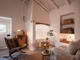 Salas de estilo mediterráneo por atelier Rua - Arquitectos