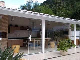 Fachada: Garagens e edículas  por Thaiad Pinna -Studio de Arquitetura e Interiores