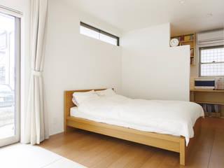 リビングとテラスがつながる家: 福島工務店株式会社が手掛けた寝室です。