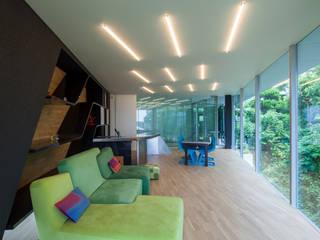 隣地の緑を借景とし目一杯取り込んだリビング: 田中一郎建築事務所が手掛けたリビングです。