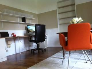 Bureau pour travail à domicile avec grand espace de travail, de nombreuses étagères et une table de réunion chinée..: Bureau de style  par RAAB Architecture