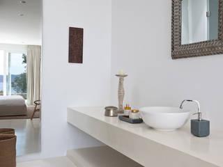 Śródziemnomorska łazienka od ANTONIO HUERTA ARQUITECTOS Śródziemnomorski