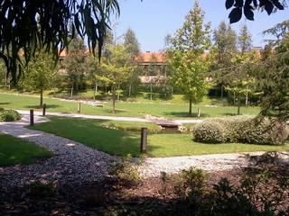 Jardines de estilo moderno por GreenerLand. Arquitectura Paisajista y Tematización