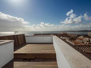 Edifício Chinesas Milagrosas - Vista do terraço: Terraços  por Posto9 Arquitectos