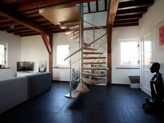 EeStairs® Spiral staircases Skandynawski korytarz, przedpokój i schody od EeStairs | Stairs and balustrades Skandynawski Matal