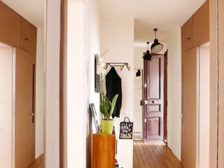 cloison chambre fermée: Couloir et hall d'entrée de style  par BKBS