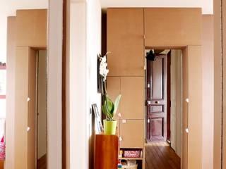 cloison chambre ouverte: Couloir et hall d'entrée de style  par BKBS