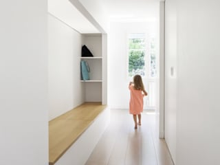 OH OUI, rénovation à Chambourcy: Couloir et hall d'entrée de style  par BKBS
