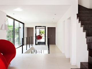 frederique Legon Pyra architecte Modern Corridor, Hallway and Staircase