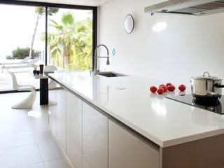 Villa C1: Cuisine de style de style Moderne par frederique Legon Pyra architecte