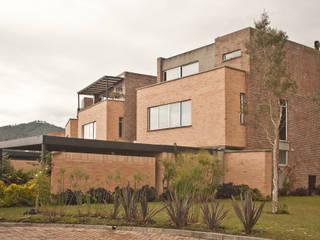 CONDOMINIO LAGO GRANDE :  de estilo  por SANTIAGO CAICEDO  JUAN F.FLOREZ A. ARQUITECTOS