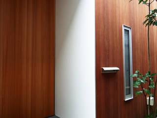 House in Yamatokoriyama: Mimasis Design/ミメイシス デザインが手掛けた廊下 & 玄関です。,