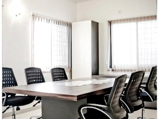Site Office - Moze Develoeprs, Pune:  Commercial Spaces by The Inside Storeys
