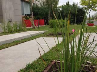 MODERN RED: Jardines de estilo  por BAIRES GREEN