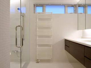 Patina House モダンスタイルの お風呂 の 株式会社シーンデザイン建築設計事務所 モダン