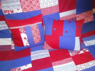 Patchworkkissen,rot,blau mit Spitze:   von schneiderei jerke