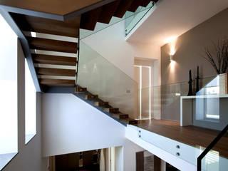 Villa LLL Ingresso, Corridoio & Scale in stile moderno di Vincenzo Leggio Architetto Moderno