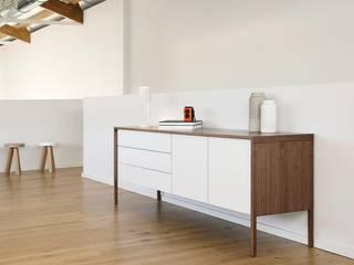 Punt Tactile Sideboard mit Korpus in Eiche und Front in Eiche weiß: modern  von Livarea,Modern