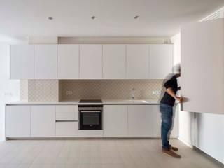 Apartamentos en Paseo de Gracia, Barcelona Cocinas de estilo moderno de THK Construcciones Moderno