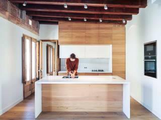 Rehabilitación de Ático en el Raval, Barclona Cocinas de estilo moderno de THK Construcciones Moderno