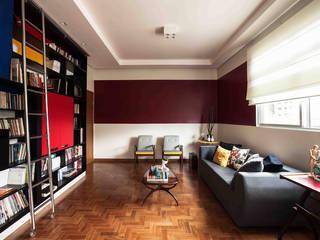 Apartamento Carmo: Salas de estar  por Laura Serafini Arquitetura + Interiores