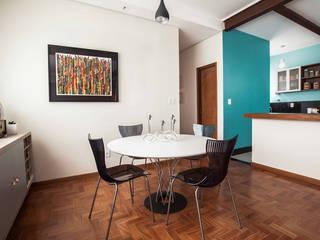 Apartamento Carmo: Salas de jantar  por Laura Serafini Arquitetura + Interiores