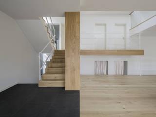 Flur & Diele von PAWEL LIS ARCHITEKCI, Modern