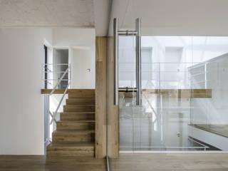 Couloir, entrée, escaliers modernes par PAWEL LIS ARCHITEKCI Moderne Bois Effet bois
