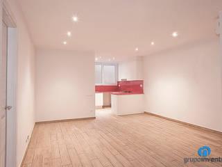 Reforma integral en calle València de Barcelona Salones de estilo minimalista de Grupo Inventia Minimalista