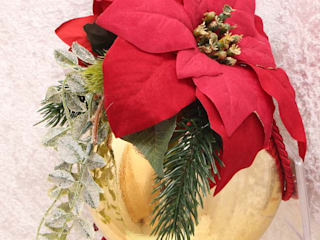 Handmade decorated Christmas ball with artificial poinsettias, foliage and fir branches:   von GP METALLUM