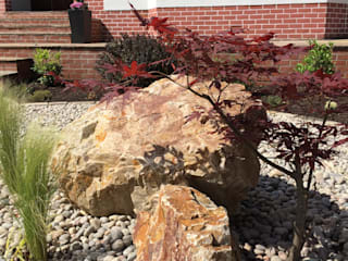 Boulders and rocks for an oriental feel.:  Garden by Anne Macfie Garden Design