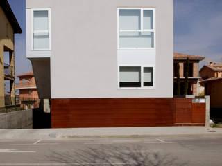 Fachada de la calle: Casas de estilo  de Comas-Pont Arquitectes slp