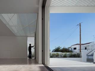 Moradias Manta Rota: Salas de estar  por Posto9 Arquitectos,Moderno