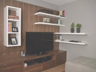 Mueble de tv en madera de nogal y laca blanca. : Estudio de estilo  por CuboB Arquitectura de Interiores
