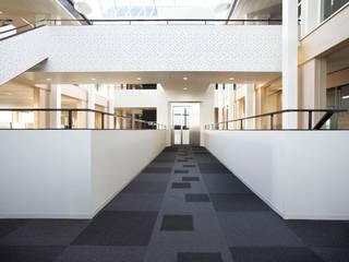 Rabobank Hoeksche Waard :  Kantoorgebouwen door RoosRos Architecten