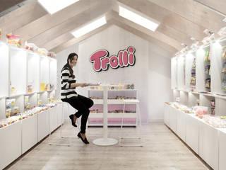Showroom Trolli: Espacios comerciales de estilo  de onside