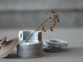 使い込まれた型の花器: Yusuke Hatakeyamaが手掛けた折衷的なです。,オリジナル