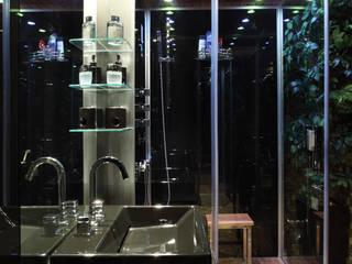 (2006)Apartamento Península: Banheiros modernos por Escritório Ana Meirelles