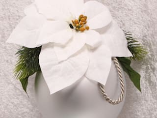 Klassische Weihnachtskugel mit weißen Weihnachssternen und Tannenzweigen:   von GP METALLUM