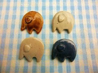 ゾウさん陶ブローチ: 中岡陶房工芸が手掛けたです。